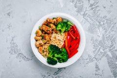 Teriyaki blir rädd buddha bunkelunch med ris, broccoli och röd spansk peppar fotografering för bildbyråer