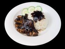 Teriyaki grillé de poulet avec du riz et des légumes d'un plat blanc d'isolement sur le fond noir Photographie stock libre de droits