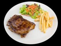 Teriyaki kurczaka stek słuzyć z francuskimi dłoniakami i sałatkami obraz stock