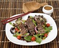 Teriyaki-Steak-Salat lizenzfreies stockbild