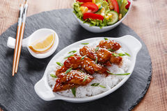 Teriyakikip met rijst en salade Japanse keuken royalty-vrije stock afbeelding