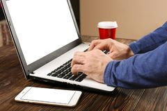 Terloops geklede student/blogger/schrijver/mens die aan PC-laptop werken, typend op toetsenbord, het schrijven blogartikel, die i Stock Fotografie