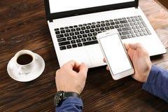 Terloops geklede student/blogger/schrijver/mens die aan PC-laptop werken, typend op toetsenbord, het schrijven blogartikel, die i Stock Foto's