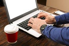 Terloops geklede student/blogger/schrijver/mens die aan PC-laptop werken, typend op toetsenbord, het schrijven blogartikel, die i Stock Afbeeldingen
