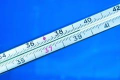 Termómetro - alto síntoma de la temperatura del cuerpo, enfermedad de la fiebre Los virus, bacterias afectan al cuerpo, enfermeda fotos de archivo