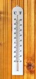 Termómetro clásico en el tablero de madera Fotos de archivo libres de regalías