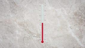 Termómetro con los cambios de temperatura de los grados calientes y fríos almacen de metraje de vídeo