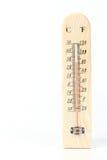 Termómetro de madera en el fondo blanco. Imagen de archivo libre de regalías