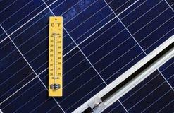 Termómetro en concepto del efecto de calor del panel solar fotos de archivo libres de regalías