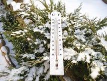 Termómetro en la nieve Fotos de archivo libres de regalías