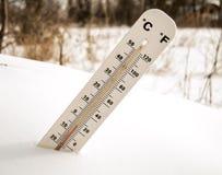 Termómetro en la nieve Fotos de archivo