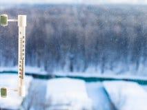 Termómetro en la ventana casera en día de invierno frío Foto de archivo libre de regalías
