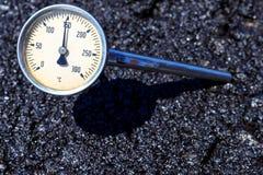 Termómetro en mezcla caliente del aspahlt Imagen de archivo libre de regalías
