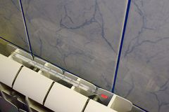 Termómetro en una calefacción fría del radiador fotografía de archivo