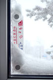 Termómetro externo en una ventana congelada Imagenes de archivo