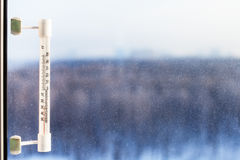 Termómetro iluminado por el sol en día de invierno frío Fotografía de archivo libre de regalías