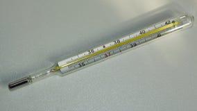 Termómetro médico para medir temperatura del cuerpo en hospital Termómetro en el fondo blanco fotos de archivo