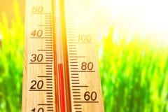 Termómetro que exhibe alto temperaturas calientes de 30 grados en día de verano del sol Fotos de archivo