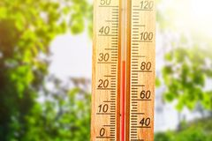Termómetro que exhibe alto temperaturas calientes de 30 grados en día de verano del sol Imágenes de archivo libres de regalías