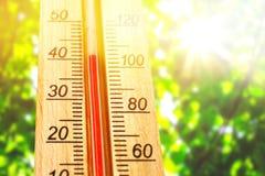 Termómetro que exhibe alto temperaturas calientes de 40 grados en día de verano del sol fotografía de archivo