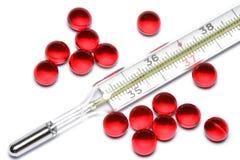 Termómetro y píldoras Imagen de archivo libre de regalías