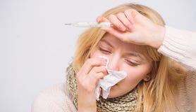 Termómetro y tejido enfermos del control de la muchacha Temperatura de la medida Remedios de la fiebre de la rotura Concepto esta fotografía de archivo