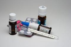 Termômetro com medicamentação Fotografia de Stock Royalty Free