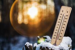 Termômetro com temperaturas abaixo de zero imagens de stock royalty free