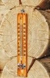 Termômetro da rua fixado nos logs da extremidade da casa Imagem de Stock Royalty Free