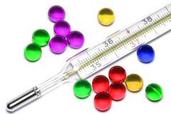 Termômetro e comprimidos Foto de Stock