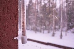 Termômetro em um dia frio ou em umas medidas quentes do dia a temperatura Termômetro análogo imagem de stock royalty free