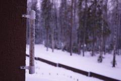Termômetro em um dia frio ou em umas medidas quentes do dia a temperatura Termômetro análogo fotos de stock