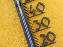 Termômetro na parede amarela que mede a temperatura do ar externo sobre quarenta graus Célsio Imagens de Stock