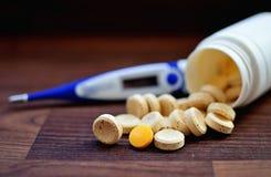 Termômetro e comprimidos de Digitas Fotografia de Stock