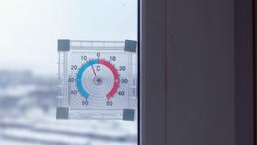Term?metro en la ventana con temperatura negativa en invierno almacen de video