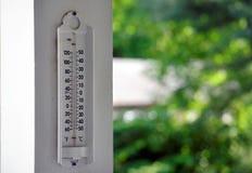 Termômetro exterior em trilhos do patamar fotografia de stock