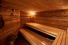 termas, abrandamento e cuidados médicos na sala de madeira da sauna Fotos de Stock