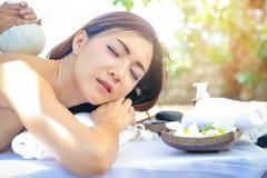 Termas adolescentes da massagem das meninas fotos de stock royalty free