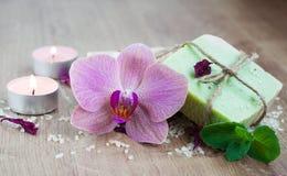 Termas ajustados com orquídeas imagens de stock