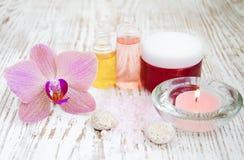 Termas ajustados com orquídeas fotos de stock