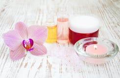 Termas ajustados com orquídeas foto de stock royalty free