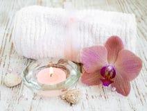 Termas ajustados com orquídeas imagens de stock royalty free