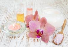 Termas ajustados com orquídeas fotografia de stock