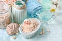 Termas azuis ajustados: sabão líquido, sais do mar e toalhas Fotografia de Stock