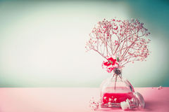 Termas, bem-estar ou do cosmético vida natural ainda com a garrafa da loção e as flores no fundo da cor pastel, vista dianteira,  Imagem de Stock