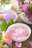Termas com sal erval cor-de-rosa e o trevo cor-de-rosa selvagem das flores Imagens de Stock Royalty Free