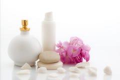Termas - cosméticos com flores Fotos de Stock Royalty Free