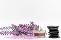 Termas da aromaterapia da alfazema com rocha e vela Os termas tailandeses relaxam tratamentos e fundo do branco da massagem Foto de Stock Royalty Free