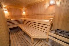 Termas de madeira confortáveis interiores da sala da sauna dentro Foto de Stock