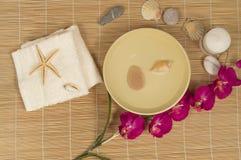 Termas e bem-estar que ajustam-se com as pedras naturais dos acessórios, toalha, orquídea fotografia de stock royalty free